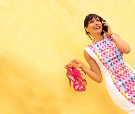 Chica joven actual vestido de fiesta con zapatos Foto HOTCREATIVIDAD