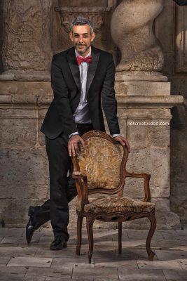 actor, retrato, diego moom, hotcreatividad, fotografia publicitaria, fotografia profesional, Alicante, Actor, modelo, teatro, marca personal, silla clásica, teatro clásico, pajarita roja, traje, hombre, maduro, bien vestido, modelo hombre, hotcreatividad, fotografía publicitaria, fotografia curriculum, arte, foto curriculum