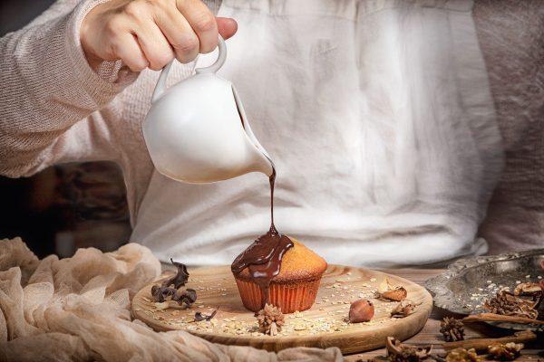 magdalenas bañadas en chocolate liquido. Foto gastronomica Hotcreatividad