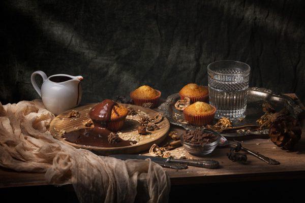 chocolate liquido sobre magdalena, Foto gastronomica
